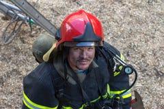 Porträt eines Feuerwehrmannes auf dem Stadium Stockfotos