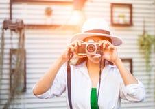 Porträt eines Fotografen, der ihr Gesicht mit der Kamera bedeckt Lizenzfreie Stockfotos