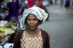 Porträt eines Frau Hindus, Dorf Toyopakeh, Nusa Penida am 17. Juni Indonesien 2015 Lizenzfreie Stockfotografie