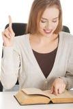 Porträt eines Frauenlesebuches stockbilder