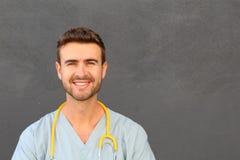 Porträt eines freundlichen Doktorlächelns Stockbild