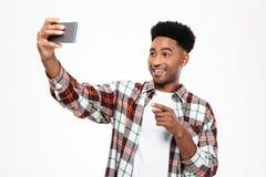 Porträt eines frohen jungen afrikanischen Mannes Lizenzfreies Stockfoto