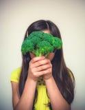 Porträt eines Fungierens des jungen Mädchens Lizenzfreies Stockfoto