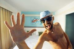 Porträt eines gebräunten Kerls in einem Hotel Stockfoto