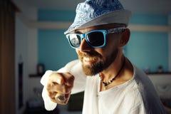 Porträt eines gebräunten Kerls in einem Hotel Lizenzfreie Stockbilder