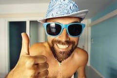 Porträt eines gebräunten Kerls in einem Hotel Lizenzfreie Stockfotografie