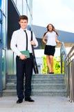 Porträt eines Geschäftsmannes auf Hintergrund seines Partners Stockbild