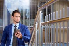 Porträt eines Geschäftsmannes, der am Telefon spricht stockfoto
