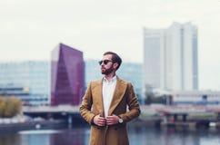 Porträt eines Geschäftsmannes in einem Mantel lizenzfreie stockfotografie