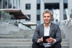 Porträt eines Geschäftsmannes unter Verwendung einer Tablette stockfotografie