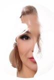 Porträt eines girl& x27; s-Gesicht auf dem schwangeren woman& x27; Körper Abschluss oben Weißer Hintergrund Lizenzfreies Stockbild