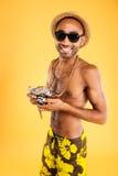 Porträt eines glücklichen afroen-amerikanisch Mannes, der Fotokamera hält Lizenzfreie Stockfotografie