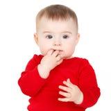 Porträt eines glücklichen entzückenden Säuglingskinderbaby-Lin-Rotes, welches das glückliche Lächeln auf einem weißen Hintergrund  Stockfotos