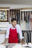 Porträt eines glücklichen Facharbeiters in der Werkstatt Lizenzfreies Stockfoto