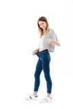Porträt eines glücklichen frohen Mädchens, das ihr Gewichtsverlust zeigt Lizenzfreie Stockfotografie