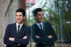 Porträt eines glücklichen Geschäftsmannes, der draußen lächelt Lizenzfreies Stockbild