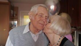 Porträt eines glücklichen Großvaters und der Großmutter, die einander liebevoll betrachtet stock footage
