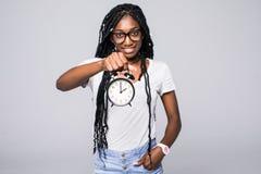Porträt eines glücklichen jungen afroen-amerikanisch Frauenvertretungsweckers lokalisiert über grauem Hintergrund lizenzfreie stockbilder