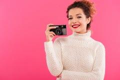 Porträt eines glücklichen jungen Mädchens, das Fotokamera hält Stockfotografie