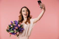Porträt eines glücklichen jungen Mädchens im Kleid Stockfotografie
