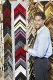 Porträt eines glücklichen jungen Mannes, der an einem Rahmenspeicher grast Lizenzfreies Stockbild