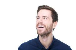 Porträt eines glücklichen jungen Mannes, der oben lächelt und schaut Stockfotos