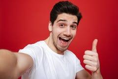 Porträt eines glücklichen jungen Mannes im weißen T-Shirt Stockfotos