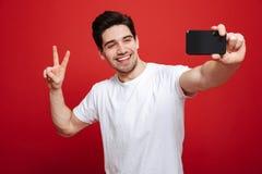Porträt eines glücklichen jungen Mannes im weißen T-Shirt Lizenzfreie Stockfotografie