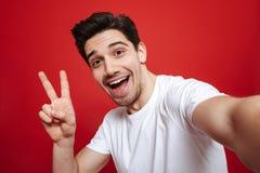 Porträt eines glücklichen jungen Mannes im weißen T-Shirt Lizenzfreies Stockbild