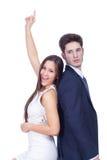 Porträt eines glücklichen jungen Paares, das zurück zu Rückseite steht Lizenzfreie Stockbilder