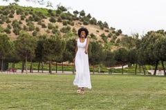 Porträt eines glücklichen jungen schönen afroen-amerikanisch Frauentragens Stockfoto