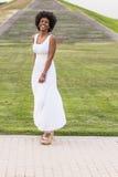 Porträt eines glücklichen jungen schönen afroen-amerikanisch Frauentragens Stockbild