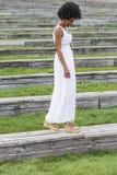 Porträt eines glücklichen jungen schönen afroen-amerikanisch Frauentragens Stockfotografie