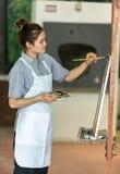 Porträt eines glücklichen Künstlers mit einer Palette in den Händen Stockfotos