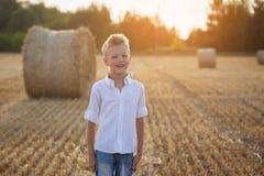 Porträt eines glücklichen Kindes am sonnigen Tag Lizenzfreie Stockbilder