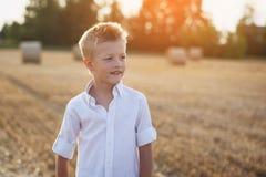 Porträt eines glücklichen Kindes am sonnigen Tag auf einem Gebiet Lizenzfreies Stockfoto