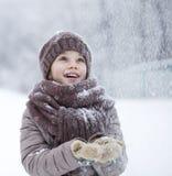 Porträt eines glücklichen kleinen Mädchens auf dem Hintergrund eines Winter-PAs Stockbild