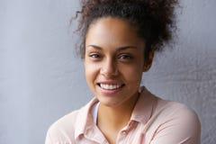 Porträt eines glücklichen Lächelns der jungen Frau Lizenzfreies Stockbild
