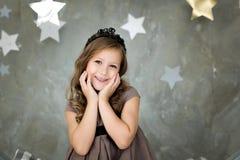 Porträt eines glücklichen Mädchens auf einem Hintergrund von Sternen lizenzfreies stockfoto
