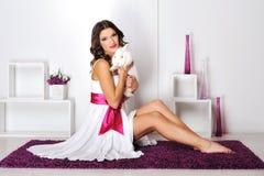 Porträt eines glücklichen Mädchens mit Kaninchen Lizenzfreies Stockbild