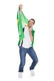 Porträt eines glücklichen Mannes, der eine brasilianische Flagge anhält lizenzfreie stockfotos