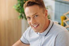 Porträt eines glücklichen netten Mannes lizenzfreies stockbild