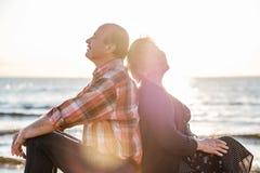 Porträt eines glücklichen romantischen Paares draußen Lizenzfreies Stockfoto