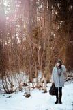 Porträt eines glücklichen schönen Mädchens mit dem braunen Haar im Winterwald kleidete in einer Hippie-Art, Lebensstil an stockbild