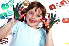 Porträt eines glücklichen Schulmädchens, das mit Farben spielt Lizenzfreie Stockfotografie