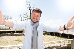 Porträt eines glücklichen selfie Nehmen des gutaussehenden Mannes Stockbilder