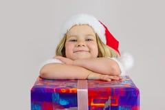 Porträt eines glücklichen Träumermädchens in der roten Kappe des neuen Jahres Stockfotos