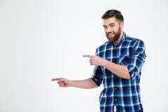 Porträt eines glücklichen zufälligen Mannes, der weg Finger zeigt Stockbilder