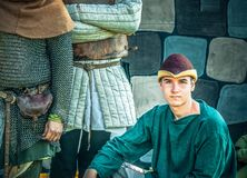 Porträt eines Grandee des gut aussehenden Mannes Kostüm im des 16. Jahrhunderts in geglaubtem mittelalterlichem Hut stockfoto