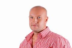 Porträt eines gutaussehenden Mannes in einem roten Hemd auf einem weißen Hintergrund lizenzfreie stockfotografie